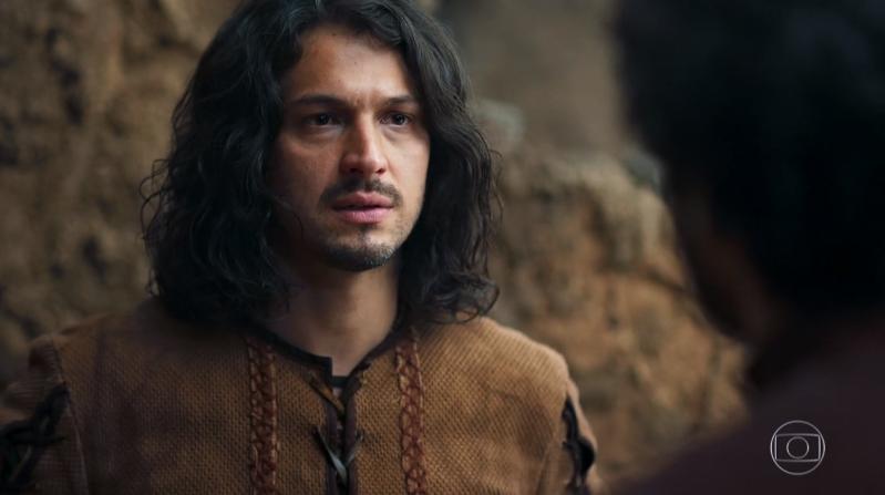Afonso (Romulo Estrela) em cena de Deus Salve o Rei (Foto: Reprodução/Globo)