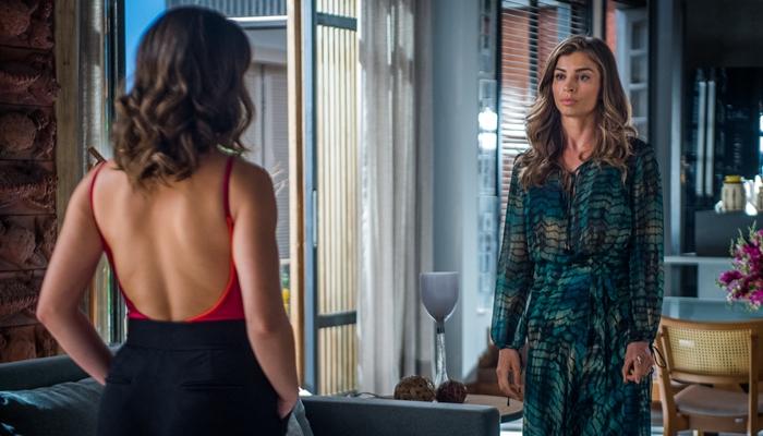 Clara (Bianca Bin) e Lívia (Grazi Massafera) em cena de O Outro Lado do Paraíso (Foto: Globo/Raquel Cunha)