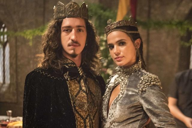 Rodolfo (Johnny Massaro) e Catarina (Bruna Marquezine) em cena de Deus Salve o Rei (Foto: Globo/Mauricio Fidalgo)