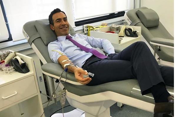 """Cesar Tralli. Foto do site da O TV Foco que mostra Cesar Tralli aparece doando sangue e Ticiane Pinheiro comenta foto: """"Lindo"""""""