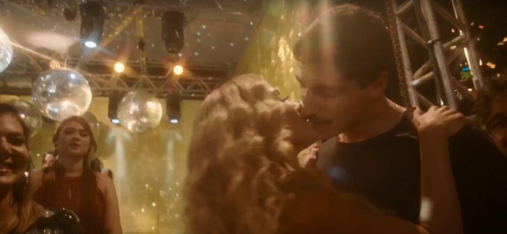 Anitta beija o marido em clipe. (Foto: Reprodução)