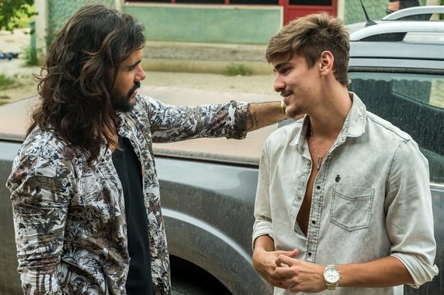 Mariano (Juliano Cazarré) conversa com Johnny (Bruno Montaleone) (Foto: Globo/Raquel Cunha)