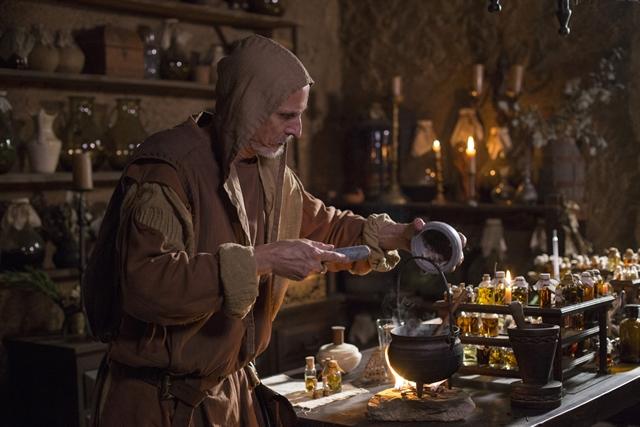 Olegário (Aramis Trindade) criando um novo perfume em Deus Salve o Rei (Foto: Globo/Marília Cabral)