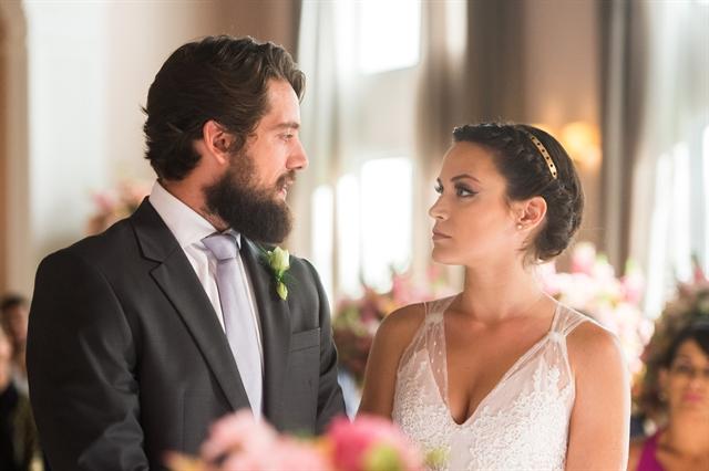 Renato (Rafael Cardoso) e Clara (Bianca Bin) em cena de O Outro Lado do Paraíso (Foto: Globo/Raquel Cunha)