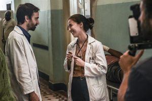 Julio Andrade (Evandro) e Marjorie Estiano (Carolina) na segunda temporada de Sob Pressão (Foto: Globo/Mauricio Fidalgo)