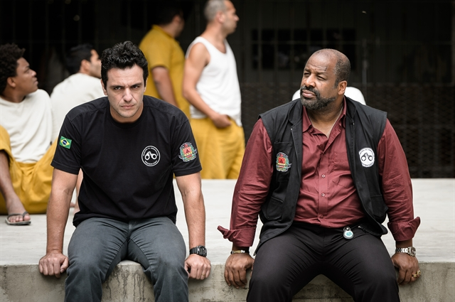 Adriano (Rodrigo Lombardi) e Juscelino (Aílton Graça) na série Carcereiros (Foto:Globo/Ramón Vasconcelos)