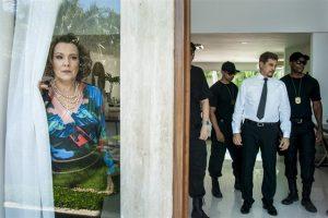 Eduardo (Edson Celulari) sendo preso e Isadora (Ana Beatriz Nogueira) chocada em Malhação (Foto: Globo/Estevam Avellar)