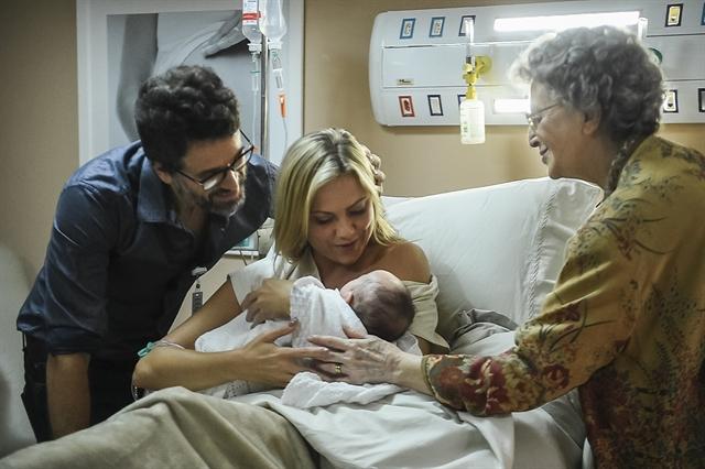 Suzy (Ellen Rocche) e Samuel (Eriberto Leão) encantados com a filha em O Outro Lado do Paraíso (Foto: Globo/Mauricio Fidalgo)