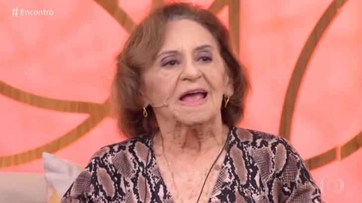 Celebridades Comemora. Foto do site da O TV Foco que mostra Laura Cardoso comemora papel em O Outro Lado do Paraíso e repercussão de memes na web