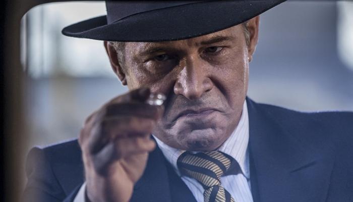 Bernardo (Nelson Freitas) diante de diamante (Foto: Artur Meninea/Gshow)