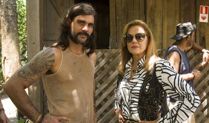 Juliano Cazarré ao lado de Marieta Severo em O Outro Lado do Paraíso. (Foto: Divulgação)