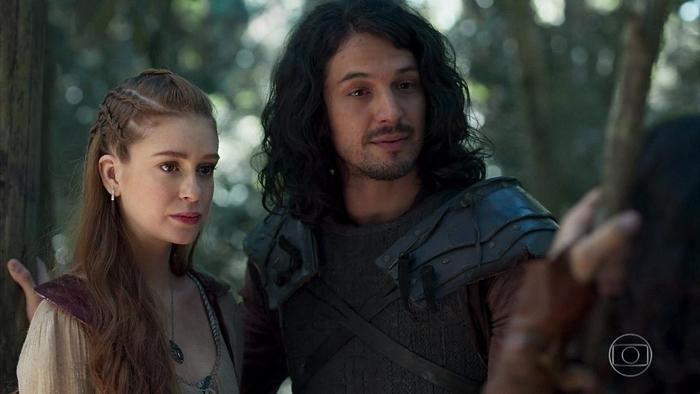 Afonso (Romulo Estrela) e Amália (Marina Ruy Barbosa) em cena de Deus Salve o Rei (Foto: Reprodução/Globo)