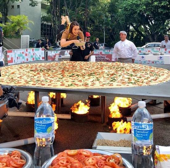 Catia Fonseca foi içada em cima da maior pizza do Brasil (Foto Diandra Antonelli)