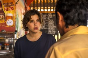Adauto (Nanego Lira) entrega trancelim e diz o que viu para Maria (Alice Wegmann) (Foto: Globo/Estevam Avellar)