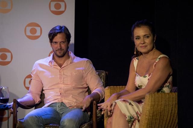 Vladimir Brichta e Adriana Esteves na apresentação especial na Bahia (Foto: Globo/João Cotta)