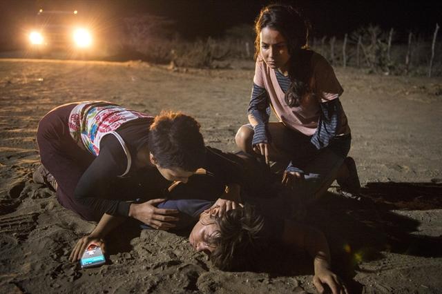 Maria (Alice Wegmann) é resgatada por Aldina (Camila Mardila) e Marinês (Fernanda Marques) (Foto: Globo/Estevam Avellar)