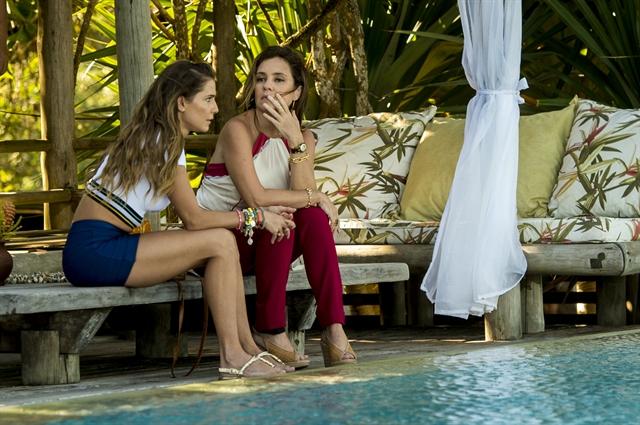 Karola (Deborah Secco) e Laureta (Adriana Esteves) em gravação de cena no sul da Bahia (Foto: Globo/João Cotta)