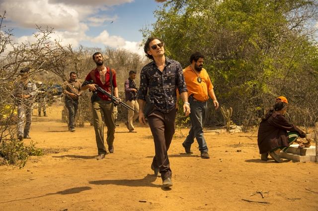 Plínio (Enrique Diaz) e os investigadores invadem o Lajedo (Foto: Globo / Estevam Avellar)