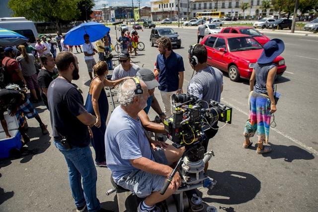 Maria de Médicis e Emílio Dantas em set de gravações no entorno da Feira de São Joaquim (Foto: Globo/João Cotta)