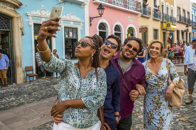 Roberta Rodrigues tira selfie no Pelourinho com Armando Babaioff, Luis Lobianco e Arlete Salles (Foto: Globo/João Cotta)