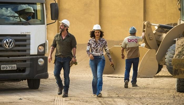 Pedro (Alexandre Nero) e Joana (Maeve Jinkings) na fábrica de bentonita (Foto: Globo/Estevam Avellar)