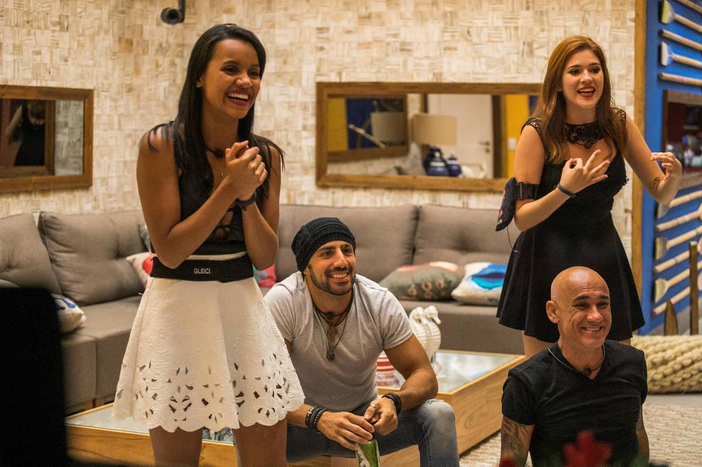 Gleici, Kaysar e Familia Lima assistem ao programa de dentro da casa (Foto: Reprodução)