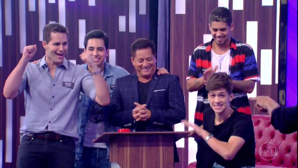 João Guilherme, o pai e os irmãos no Tamanho Família (Foto: Reprodução/Globo)
