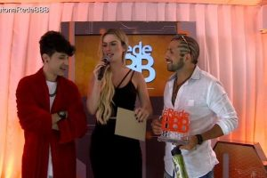 """Kaysar Bbb18. Foto do site da O TV Foco que mostra Fora da casa, Kaysar recebe o prêmio de """"vetezeiro"""" e fica sem entender"""