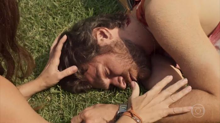 Beto (Emilio Dantas) inconsciente após levar pancada na cabeça (Foto: Reprodução/Globo)