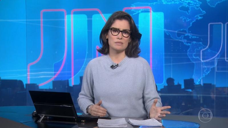 A apresentadora Renata Vasconcellos durante o Jornal Nacional falou sobre as atitudes de Bolsonaro (Foto: Reprodução/Globo)