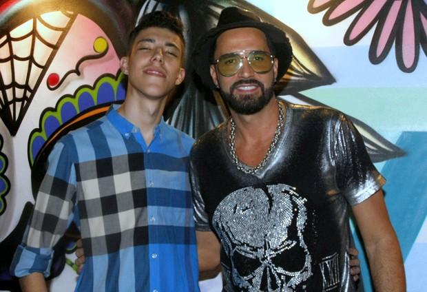 """Latino e seu """"novo filho"""", Guilherme (Foto: Reprodução)"""