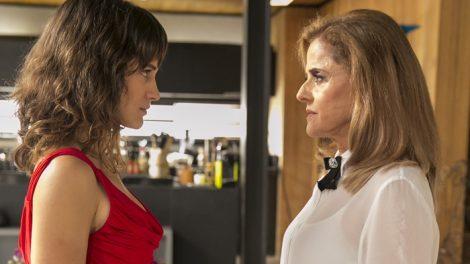 Clara (Bianca Bin) e Sophia (Marieta Severo) em cena de O Outro Lado do Paraíso (Foto: Globo/Rafael Campos)