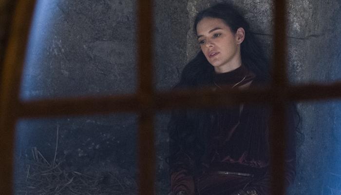 Catarina (Bruna Marquezine) na prisão em Deus Salve o Rei (Foto: Globo/Cesar Alves)