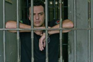 Rodrigo Lombardi em cena do segundo episódio de Carcereiros (Foto: Reprodução/Globo)