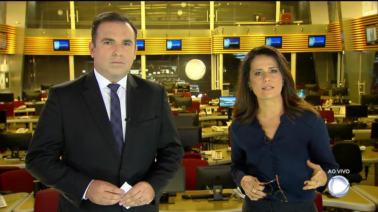 Reinaldo Gottino e Adriana Araújo no comando do plantão da Record (Foto: Reprodução/Record)