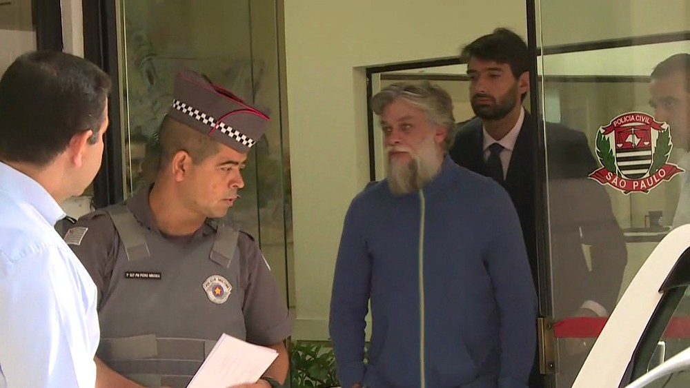 Ator deixa a delegacia nesta manhã após ser autuado (Foto: David Irikura/TV Globo)
