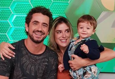O apresentador da Globo, Felipe Andreoli com a esposa, Rafa Brites, e o filho, Rocco