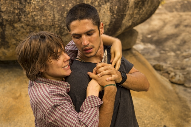 Maria (Alice Wegmann) ameaça Hermano (Gabriel Leone) para evitar ser presa (Foto: Globo/Estevam Avellar)