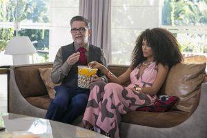 Gomes (Kiko Mascarenhas) e Michele (Taís Araújo) em cena de Mister Brau (Foto: Globo/Rafael Campos)