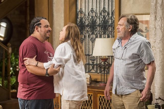 Dodô (José de Abreu) e Naná (Arlete Salles) descobrem que Beto (Emilio Dantas) não morreu (Foto: Globo/Mauricio Fidalgo)
