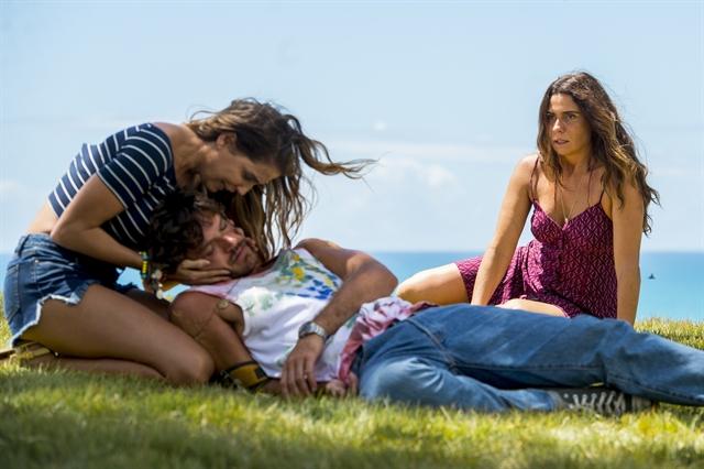 Luzia (Giovanna Antonelli) vê Beto (Emilio Dantas) desmaiado em Segundo Sol (Foto: Globo/João Cotta)