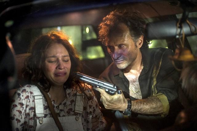 Aurora (Lara Tremouroux) é ameaçada por Plínio (Enrique Diaz) em Onde Nascem os Fortes (Foto: Globo/Estevam Avellar)