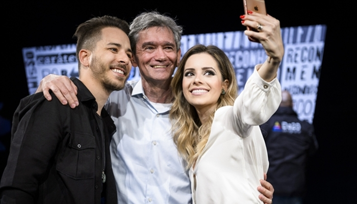 Sandy e Júnior fazem selfie com Serginho Groisman (Foto: Globo/Ramón Vasconcelos)
