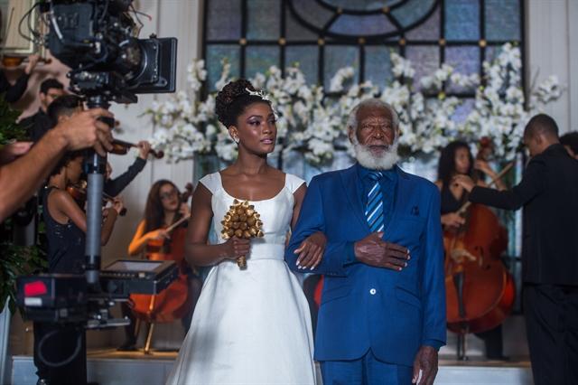 Bastidores da entrada de Raquel (Erika Januza) no casamento (Foto: Globo/Raquel Cunha)