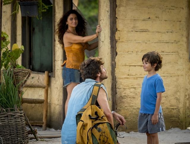 Luzia (Giovanna Antonelli) e Beto (Emilio Dantas) conversam sobre o aluguel e fecham negócio (Foto: Globo/João Cotta)