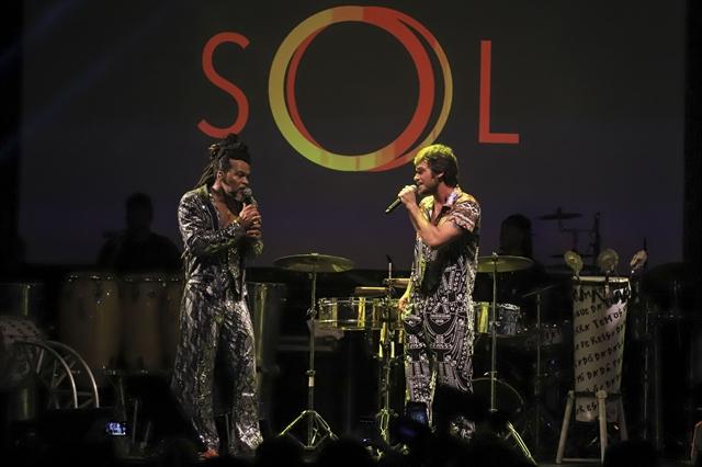 Carlinhos Brown e Emilio Dantas (Foto: Globo/Cesar Alves)