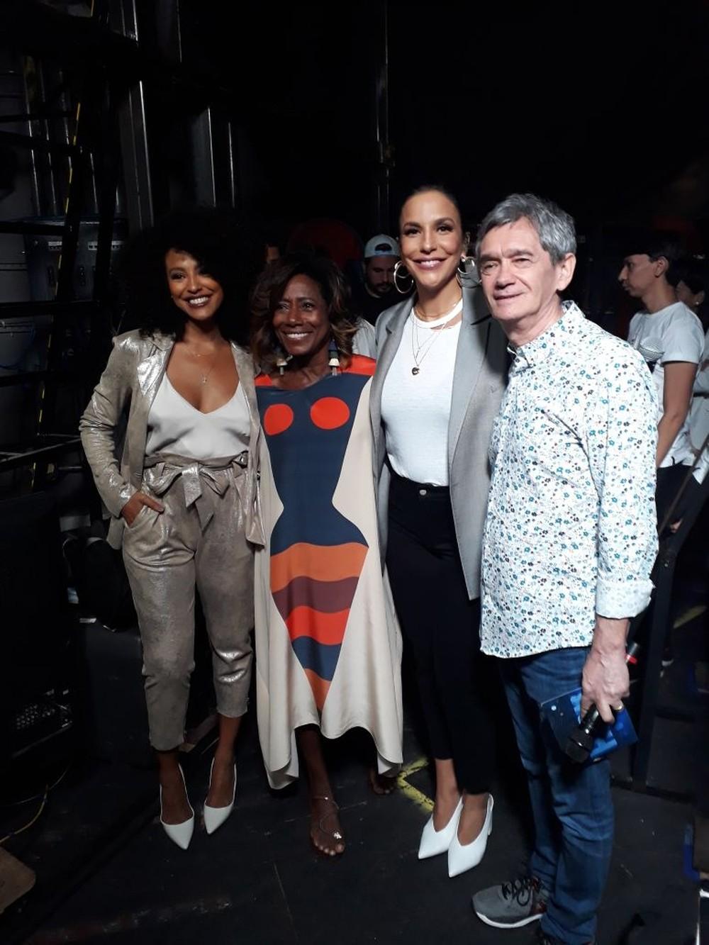 Ivete posa com Sharon Menezes, Glória Maria e Serginho nos bastidores do 'Altas Horas' (Foto: Marcos Mazini/TV Globo)
