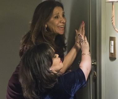 Estela (Juliana Caldas) e Rosalinda (Vera Mancini) trancadas (Foto: Raquel Cunha/Globo)
