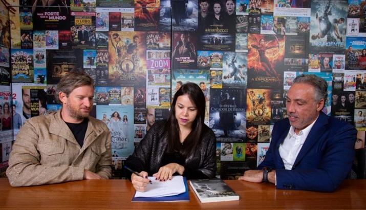 Marcia Batista, autora da biografia sobre Silvio Santos, assina venda dos direitos de adaptação, ao lado de Sandi Adamiu (à esq.) e Marcio Fraccaroli. (Foto: Mario Miranda)