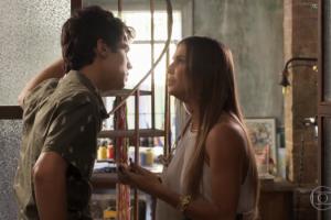 Valentim (Danilo Mesquita) e Karola (Deborah Secco) em cena de Segundo Sol (Foto: Reprodução/Globo)